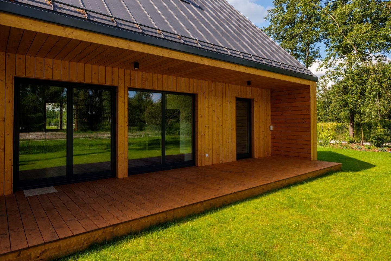 Dom z drewnianym tarasem - realizacja