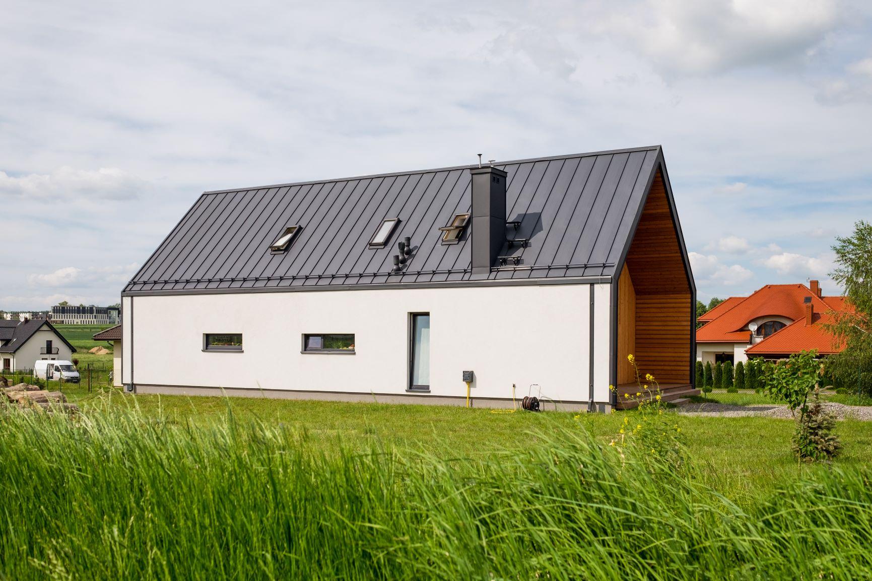 dom z dachem antracytowym